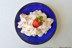 Cremă de mascarpone cu căpșuni, zmeură sau alte fructe de pădure - fără gătire, la rece | Savori Urbane Oatmeal, Pudding, Cheese, Cream, Breakfast, Desserts, Food, Decorating, Deserts