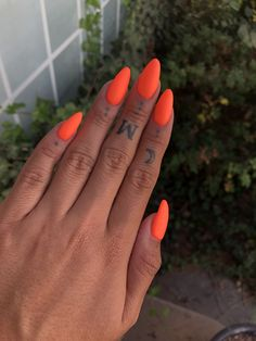 Semi-permanent varnish, false nails, patches: which manicure to choose? - My Nails Red Orange Nails, Orange Acrylic Nails, Almond Acrylic Nails, Summer Acrylic Nails, Almond Nails, Summer Nails Almond, Bright Red Nails, Cute Nails, Pretty Nails
