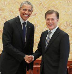 문재인 대통령이 3일 청와대를 방문한 버락 오바마 전 미국 대통령과 악수하고 있다.  청와대 제공: PRESIDENT OBAMA MEETING WITH THE S KOREA'S NEW PRESIDENT...
