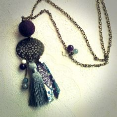 Sautoir *Liberty* estampe, pompon gris : Collier par unelibelluledansmonjardin