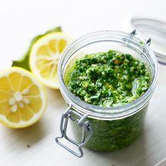 Hak de rucola, parmezaan en notengrof in een keukenmachine. Voeg de restvan de ingrediënten toe en mix alles