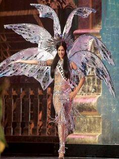 Miss Venezuela Mónica Spear en su presentacion del traje Típico con una Fantasia de la princesa Caribay.