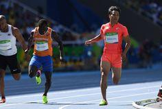 【陸上】男子100㍍予選8組2着でフィニッシュする山県亮太(右)=リオデジャネイロの五輪スタジアムで2016年8月13日、三浦博之撮影