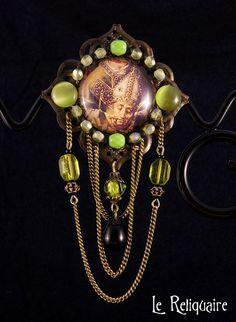 """Broche """"Céphalophorie"""" - Art du Moyen Âge & décapité en vert et bronze par Le Reliquaire  http://www.alittlemarket.com/broche/fr_broche_cephalophorie_art_du_moyen_age_en_vert_et_bronze_-7916187.html?pushPromotion=6"""