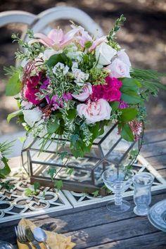 idees-decoration-mariage-bouquet-roses-feuilles-vase-verre
