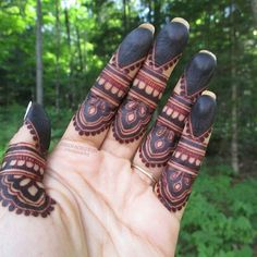 Beautiful Easy Finger Mehndi Designs Styles contains the elegant casual and formal henna patterns to try for daily routines, eid, events, weddings Mehandi Henna, Hand Mehndi, Mehndi Tattoo, Henna Tattoo Designs, Kashees Mehndi, Finger Henna Designs, Mehndi Designs For Fingers, Fingers Design, Mehndi Designs 2018