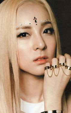 Dara @우 마카 showed Austin SNSD and 2ne1. He liked them and his favorite in 2ne1 is dis gurl.