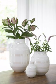 A large vase with space for tall and beautiful flowers. Decor, Decor Design, Flower Decorations, Scandinavian Home, Home Decor, Vase, Pottery Designs, Glass Vase, Decorative Jars