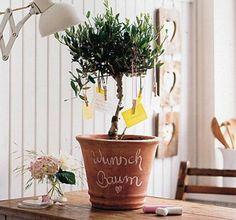 Tolle Idee für ein Geschenk zum Muttertag oder Vatertag. Ein Wunschbaum mit selbstgeschriebenen Wünschen von den Kindern!