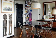 O ambiente de refeições, próximo à porta de entrada, tem mesa Saarinen e cadeiras Eames redesenhadas com pés de madeira pela Sarah Design, a partir de uma ideia do proprietário, o designer de interiores Augusto Perez