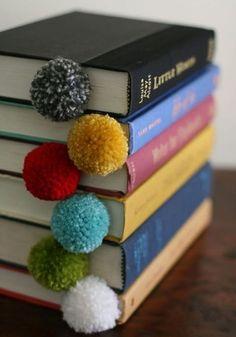 DIY marque-page pompons - DIY pompoms bookmarks @designmom / Marie Claire Idées