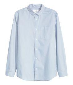 En långärmad skjorta i tvättad bomullspoplin. Skjortan har smal turn down-krage och en bröstficka. Slim fit.
