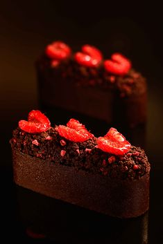 Brownies Cheese Cake Chocolate butter cookies base with ivorie chocolate and vanilla cream cheese Fancy Desserts, Gourmet Desserts, Plated Desserts, Chocolate Cheese, Chocolate Butter, Cake Chocolate, Cupcake Recipes, Cupcake Cakes, Individual Cakes