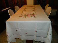 Toalha de mesa,bordada com flores do campo em ponto matiz á mão. Acabamento com bainha palito,tecido linho belga.