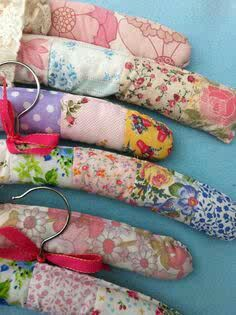 Handmade padded patchwork covered hangers by Patchworkandlace Sewing Hacks, Sewing Crafts, Sewing Projects, Padded Hangers, Diy Hangers, Clothes Hangers, Sewing Room Storage, Hanger Crafts, Vintage Sheets
