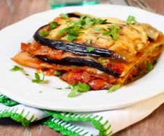 Here's how to Make Eggplant Pizzas. These mini aubergine pizzas skip the bread, making it quite low carb. Eggplant Pizza Recipes, Eggplant Pizzas, Eggplant Lasagna, Eggplant Parmesan, Tasty Lasagna, Veggie Lasagna, Vegetable Pasta, Janta Low Carb, Low Carb Wraps