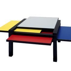 Cette table à la géométrie variable, comprenant des plateaux réversibles et amovibles, reprend les couleurs des compositions de Mondrian. Sculptures & Jeux développe un esprit ludique, où le meuble se modifie selon les envies.