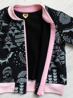 Collegepaita naiselle ja bomber-takki tytölle. Lisäksi ohje saumanvarojen huolitteluun. Baby Sewing Projects, Sewing For Kids, Sewing Hacks, Sewing Tutorials, Sewing Patterns, Sewing Clothes, Diy Clothes, Adidas Jacket, Bomber Jacket