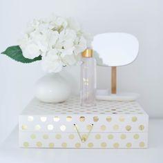 Stupenda scatola organizer in cartone rigido rosa chiaro con pois dorati. Contiene 10 scompartimenti interni di diverse misure perfetti per...