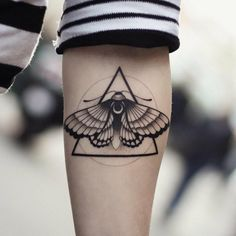 ▷ 1001 + ideas de tatuajes de mariposas super bonitos Pretty butterfly tattoo designs, geometric black tattoo with triangle and butterfly on the forearm Hand Tattoos, Dreieckiges Tattoos, Dream Tattoos, Black Tattoos, Sleeve Tattoos, Card Tattoo Designs, Moth Tattoo Design, Tattoo Images, Creative Tattoos