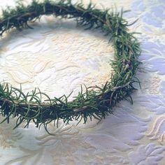 Besondere Hochzeitspflanzen waren früher Rosmarin und Myrte. Im Mittelalter schrieb man dem Rosmarin die Kraft zu, böse Geister zu verbannen. Darum trug die Braut oft einen Rosmarinkranz, lange bevor die südländische Myrte populär wurde.simple green crown for an upcoming bride. rosemary is a love charm. each guest will get a sprig, too!