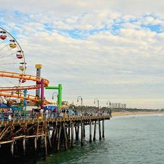 One of the places I badly wanted to visit in #losangeles was the #santamonicapier .. just like in the movies ☺️ and while L.A. and ne had a rough start, #santamonica really turned it around .. .if you wanna know more about it, check our latest blogpost about Los Angeles 👉link in profile👈 . . . . #santamonicapromenade #santamonicabeach #losangelesphotographer #usa #usaroadtrip #california #californiaadventure #california_igers #pacificcoasthighway #pacificbeach #oceanbeach #oceanside…