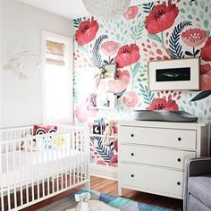 If you're looking for a statement in the nursery, this bright and bold floral wallpaper is IT. And @kmsalterdesign hits it out of the park with this sweet room. Love the wallpaper? Find it in The Project Nursery Shop.