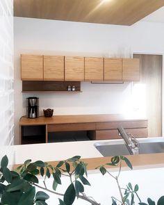 oguma LLCさんはInstagramを利用しています:「大阪府貝塚市のお宅のオークのカップボード。 フラットでシンプルな食器棚です。 ・ 引き出しや吊り戸棚の扉は木目を揃えて美しく。ゴミ箱スペースや家電置き場など隠したい場所は奥へ。 ・ あると便利なツールバーと小棚も設置しました。 ・ サイズ: W1900…」 Japanese House, Credenza, Cabinet, Storage, Interior, Modern, Kitchen, Furniture, Home Decor