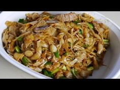 Restaurant Style Rice Noodle Stir-Fry With Beef- Foodytuby Practical recipes video recipe Stir Fry Recipes, Beef Recipes, Cooking Recipes, Vietnamese Recipes, Asian Recipes, Ethnic Recipes, Vietnamese Food, Stir Fry Noodles, Rice Noodles