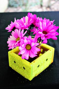 90s party decorations – floral arrangement DIY - Use audio cassettes to create this quick and simple decoration for your home. Be sure to add some spray plaint and glitter so your piece stands out!