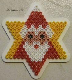 Pour réaliser ce modèle, il vous faut 1 petite plaque étoile. Les modéles de perle à repasser pour Noël c'est ici : Modèles Noël Et pour suivre l'actu du blog sur ma page Facebook c'est ici Perler Bead Ornaments Pattern, Easy Perler Bead Patterns, Perler Bead Templates, Diy Perler Beads, Perler Bead Art, Christmas Perler Beads, Motifs Perler, Hama Beads Design, Peler Beads