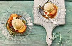 Gegrillte Pfirsiche mit Thymian und Rosmarin - ein perfektes Dessert zum Grillen