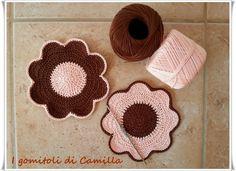 sottobicchieri a uncinetto con petali Crochet Doilies, Crochet Lace, Estilo Hippy, Pot Holders, Free Pattern, Coasters, Crochet Earrings, Crochet Patterns, Diy Crafts