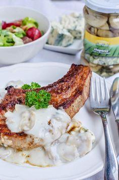 Cotlet de porc cu sos de ciuperci si blue cheese