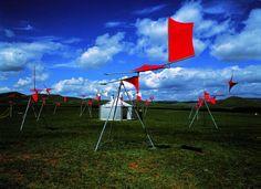 Susumu Shingu, La Caravane du vent : Undur Dov, Mongolie, juillet 2001, installation (©YASUKO SHINGU. COURTESY GALERIE JAEGER BUCHER, PARIS). Dov, Jaeger, Wind Sculptures, Wind Turbine, Flags, Villa, Animation, Japanese, Paris