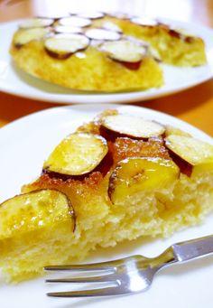 砂糖とバターを溶かしたフライパンに、さつまいもと生地を入れて焼くこと10分! オーブンがなくても作れる簡単ケーキです☆