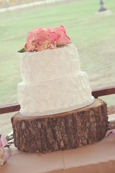 simple and rustic. This with cupcakes around it for the guests would be awesome!