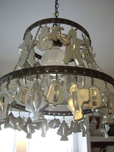 Great idea for old cookie cutters. I think I will do this with my cutters. Great idea for old cookie cutters. I think I will do this with my cutters. Creation Deco, Vintage Cookies, Repurposed Items, Handmade Home Decor, Lamp Shades, Vintage Kitchen, Wind Chimes, Cookie Cutters, Light Fixtures