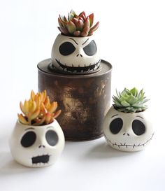 Nightmare before christmas succulent holders. Clay Projects, Clay Crafts, Diy And Crafts, Deco Jungle, Clay Monsters, Ceramic Flower Pots, Pinch Pots, Cactus Y Suculentas, Clay Creations