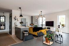 C'est un canapé en velours jaune qui donne du peps à cet appartement - PLANETE DECO a homes world Style Deco, Decoration, Peps, Bar, Table, Furniture, Home Decor, House, Orange Couch
