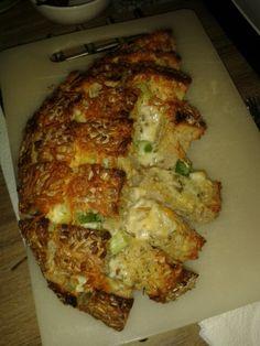 Brood gevuld met kruidenboter, bosui en kaas. Jummie!