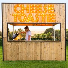 Want to try the best street food in UK? Here's our pick of the best food trucks uk and the Britain's best street food vans for British street food Food Stall Design, Food Cart Design, Food Truck Design, Kiosk Design, Cafe Design, Bar Pop Up, Foodtrucks Ideas, Best Food Trucks, Taco Food Truck