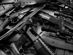 Qualunque guerra è preceduta dalla corsa agli armamenti. E la Francia sembra offrire non a caso un mercato clandestino assai fiorente: si stimano almeno sette milioni di armi illegali in circolazione, quasi il triplo di quelle regolarmente registrate.   I prezzi, considerata anche la crisi, non sembrano proibitivi: un Kalashnikov costa quanto lo stipendio medio di un lavapiatti.