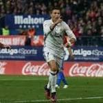 Ronaldo Cetak Hattrick, Madrid Bungkam Atletico 3-0  Tendangan keras yang dilancarkan Ronaldo membentur pemain lawan dan bola berbalik arah ke gawang. Oblak yang tak bisa mengantisipasi, berujung gol dan skor berubah menjadi 1-0. http://rock.ly/ebky2