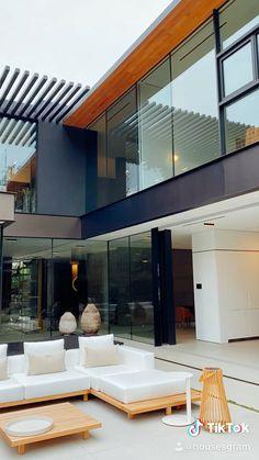 Located in Beverly Hills Flats and on the market today! Effektive Bilder, die wir über architektur s Modern Architecture House, Architecture Design, Modern Houses, Modern Glass House, Glass House Design, Modern Tropical House, Residential Architecture, Modern Villa Design, Dream House Exterior