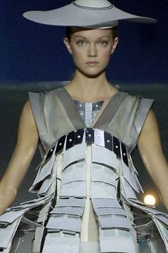See all the Details photos from Hussein Chalayan Spring/Summer 2007 Ready-To-Wear now on British Vogue Gothic Girls, Gothic Lolita, Punk Girls, Victorian Gothic, Steampunk Fashion, Gothic Fashion, Emo Fashion, Fashion Models, Fashion Show
