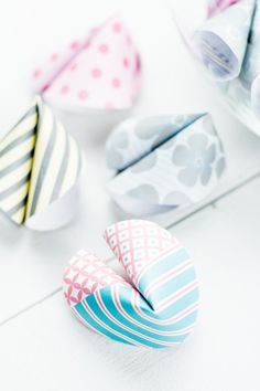 DIY Glückskekse aus Papier basteln - schönes Geschenk oder Party DIY Craft DIY fortune cookies out of paper - cool DIY idea for New Year's Eve, but also a nice DIY gift for birthday or party . Crafts To Make And Sell, Sell Diy, Diy Crafts For Kids, Kids Diy, Diy Silvester, Diy Papier, Newspaper Crafts, Dollar Store Crafts, Diy For Teens