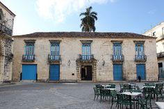 La elegante mansión de los Condes de Casa Bayona fue construida en 1720 en la Plaza de la Catedral, por orden del capitán general de Cuba Don Luis Chacón, quien casó a su hija con el primer Conde de Bayona. Su sencilla estructura de dos plantas, es un magnífico ejemplo de las casas tradicionales de los comerciantes de la época colonial.