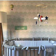Repostando com amor ❤️. Projeto lindo da @casa2arquitetos com o nosso papel escamas em novo tamanho G e kit berço PB com cinza ficou incrível no berço oval. Móbile tb #uauábaby #uauababy