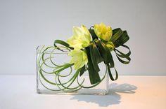 Ikebana, style libre Jiyuka (Artisanat) par Thai Mai Van J'ai créé cette composition florale s'appuie sur le thème transparent et l'ombre. Matériels: Les fleurs d'Amaryllis et les feuilles d'Aspidistras
